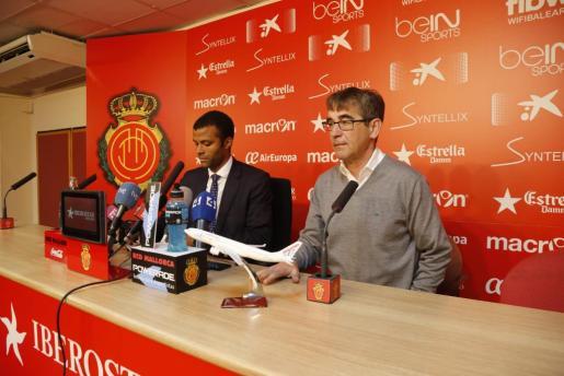 En la imagen, el entrenador del RCD Mallorca, Fernando Vázquez, en rueda de prensa junto al consejero delegado Maheta Molango.