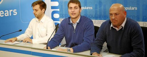 Andreu Villalonga (PP), junto a Sebastià Sagreras, y Víctor Martí (UxB), el miércoles en la sede del PP en Palma.
