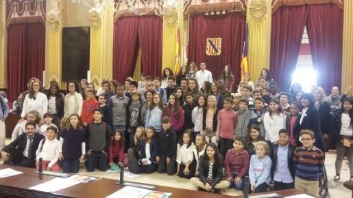 Imagen de grupo de los participantes en el V Parlament infantil.