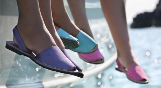 Algunos de los modelos de zapatos que ofrece Avarcas Menorquinas.