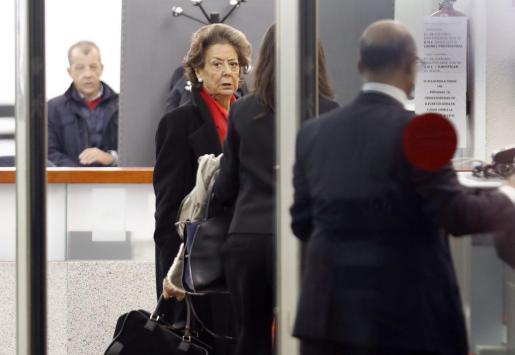La senadora y exalcaldesa de Valencia por el PP, Rita Barberá, a su llegada a la sede del Tribunal Supremo para declarar voluntariamente como investigada o imputada por un delito de blanqueo de dinero relacionado con el caso Imelsa.