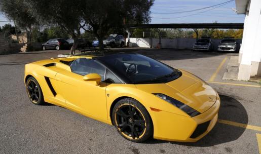 El Lamborghini recuperado, este martes en el cuartel de la Guardia Civil de Llucmajor.