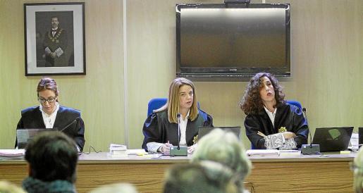 El tribunal del 'caso Nóos': Rocío Martín, Samantha Romero y Eleonoro Moyà.