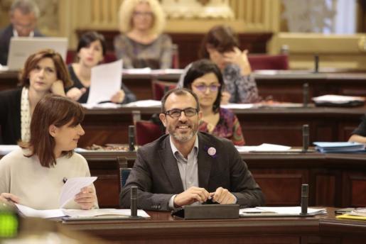 Francina Armengol y Biel Barceló en el Parlament.