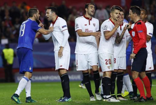 Los jugadores del Sevilla discuten con el árbitro el inglés Mark Clattenburg tras señalar un penalti a favor de la Juventus de Turín.