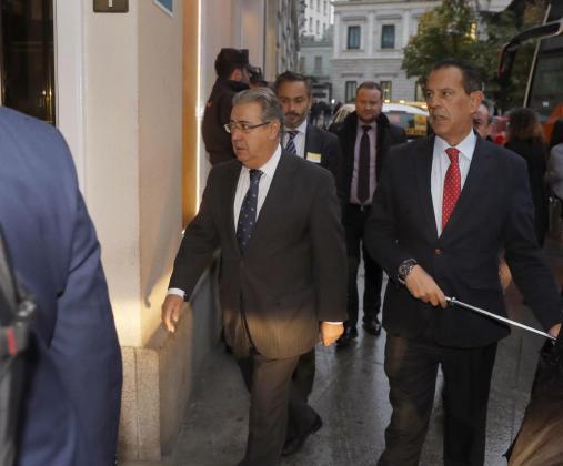 El ministro del Interior, Juan Ignacio Zoido (i), a su llegada al hotel de Madrid donde ha fallecido la senadora y exalcaldesa de Valencia Rita Barberá, tras sufrir un infarto.