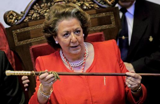 Fotografía de archivo de la alcaldesa de Valencia, Rita Barberá, con el bastón de mando tras ser elegida en el pleno de constitución del Ayuntamiento.