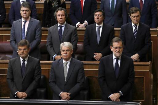 El presidente del Gobierno, Mariano Rajoy (abajo - d), junto a los ministros, de Justicia, Rafael Catalá (abajo - i), y de Asuntos Exteriores, Alfonso Dastis (abajo - c), durante el minuto de silencio que ha guardado el Congreso de los Diputados en memoria de la exalcaldesa de Valencia y senadora.