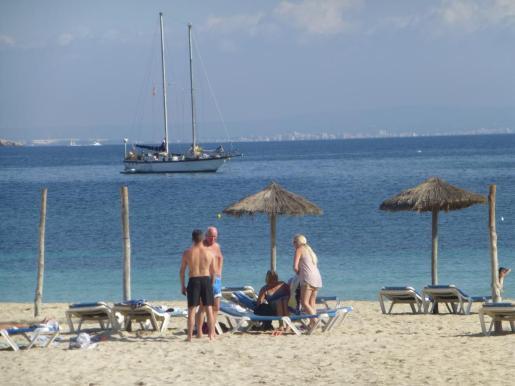 Los turistas disfrutan de sus vacaciones, mientras los hoteles de las zonas turísticas empiezan a echar el cierre a una temporada que se ha alargado más de lo habitual.