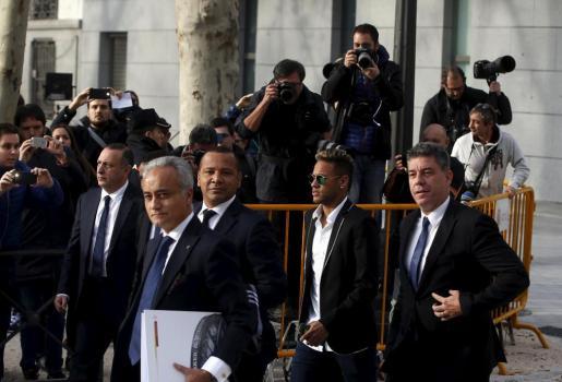 Neymar, con su padre y sus abogados, acudiendo a declarar ante la Audiencia Nacional.
