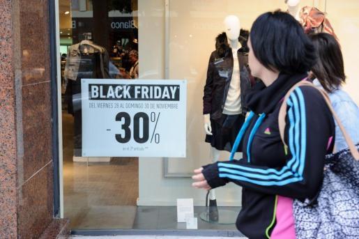 La organización de consumidores afirma que algunos incrementan los precios de muchos productos, para después devolverlos a su importe original.