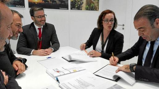 Gabriel Barceló firma el contrato de adjudicación del Palacio de Congresos de Palma, en Londres.