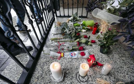 Numerosas personas dejan flores y velas en el patio de la vivienda de la exalcaldesa Rita Barberá en Valencia, fallecida a causa de un infarto.