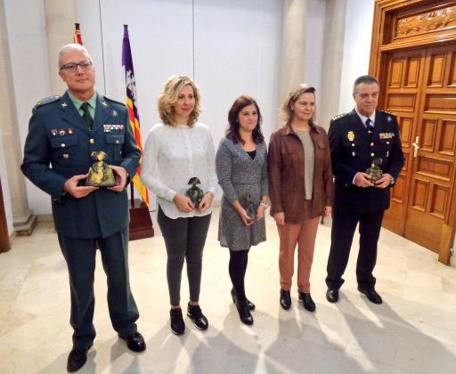 En la imagen, Maria Salom con los galardonados a los premios contra la violencia machista.