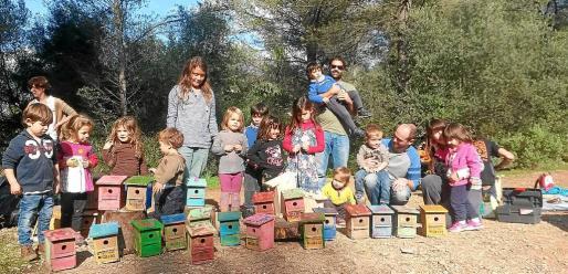 Los niños de Ses Milanes hicieron casas nido para 'ferrericos'.
