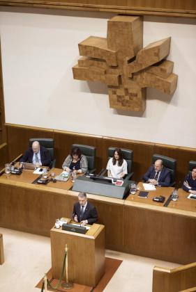 El lehendakari en funciones, Iñigo Urkullu exponiendo su proyecto en el pleno de investidura del Parlamento Vasco.