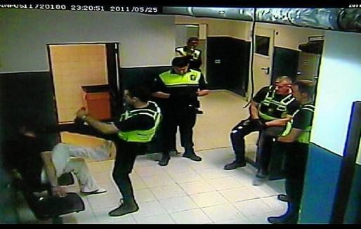 Las cámaras de seguridad del cuartel de San Fernando (Palma) registraron la agresión al detenido.