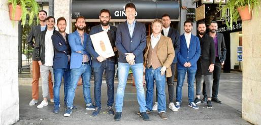 El equipo del Ginbo, que se encuentra en la calle Passeig Mallorca, posa frente al local de cócteles con su galardón.