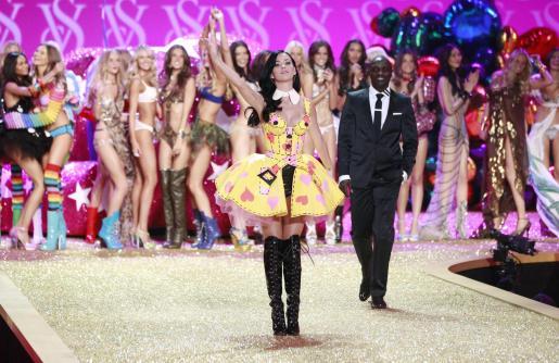 La cantante Katy Perry y los ángeles de Victoria's Secret.