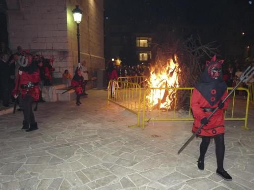 La ciudad se llena de 'foguerons' para rendir homenaje a Santa Maria la Major.