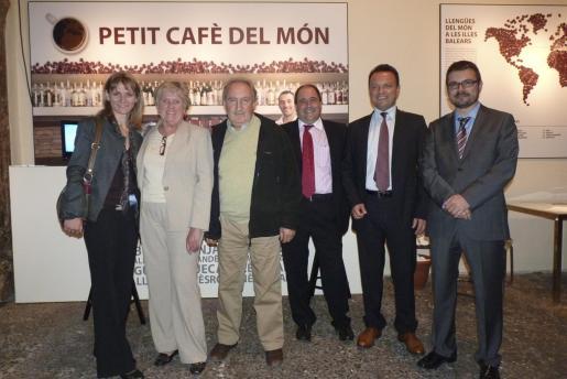 Marga Repina, Lynn Tipper, Miquel Morell, Joan Josep Capmany, Pedro Pons y Marc Pérez-Ribas, en el patio del Casal Solleric, donde el Ajuntament ofreció un cóctel.