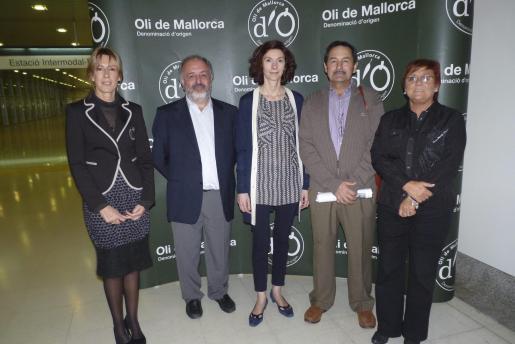 Luz Iglesias, el director general de Agricultura, Antoni Perelló; Bel Oliver, Josep Oliver y la consellera Francesca Vives, ante el panel que presenta la exposición de Negre.