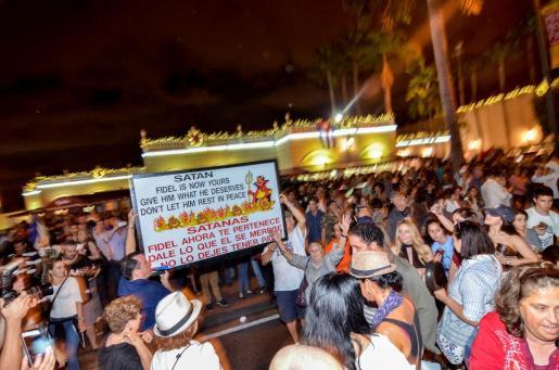 Un grupo de personas se han concentrado para festejar la muerte de Fidel Castro.