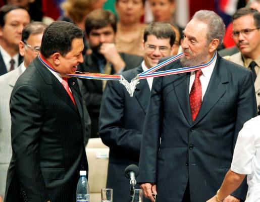 Imagen de archivo de los fallecidos presidente de Venezuela y Cuba, Hugo Chávez y Fidel Castro.