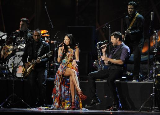 El cantante purtorriqueño, Ricky Martin (d), y la cantante española, Natalia Jiménez (i), cantando.