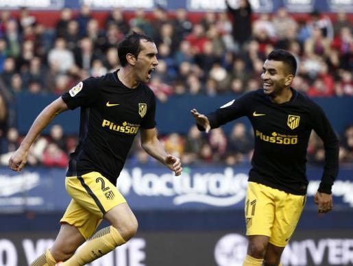 El defensa uruguayo del Atlético de Madrid Diego Godín (i) celebra con su compañero, el argentino Ángel Correa, el gol marcado ante el Osasuna, el primero del equipo.