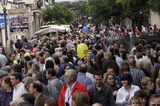 Miles de personas visitan Inca con motivo del Dijous Bo.