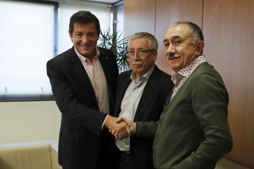 El presidente de la gestora del PSOE, Javier Fernández (i), saluda a los secretarios generales de CCOO y UGT, Ignacio Fernéndez Toxo (c) y Pepe Álvarez, respectivamente, momentos antes de la reunión que han mantenido en Ferraz.