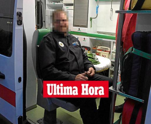 Imagen del policía local de Bunyola herido en el momento de ser trasladado a la Mútua.