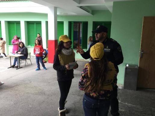 El policía tutor, Diego Amor, con sus nuevas 'ayudantes' durante el patio.