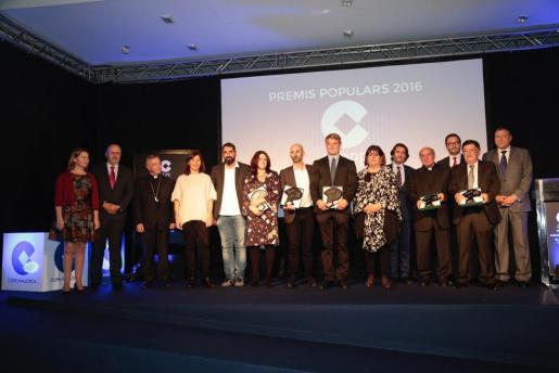 Foto de familia con los galardonados, las autoridades y los directivos de Cope Balears.