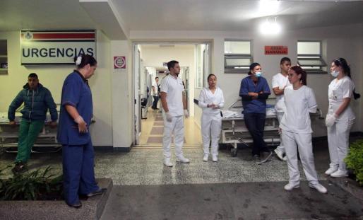 Personal de la Clínica San Juan de Dios, en La Ceja, esperan la llegada de heridos en el accidente aéreo.