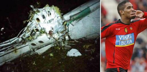 Dos imágenes: una del fuselaje del avión estrellado y otra, de Cléber Santana, cuando jugaba en el Real Mallorca.