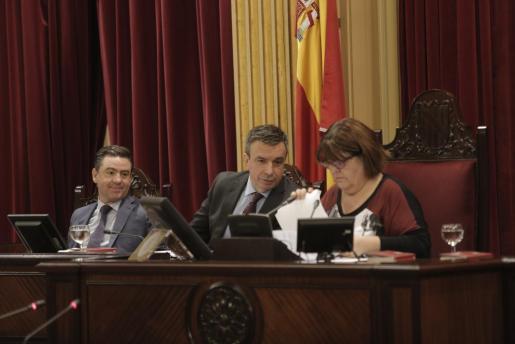 Xelo Huertas y Miquel Vidal, en la Mesa del Parlament.