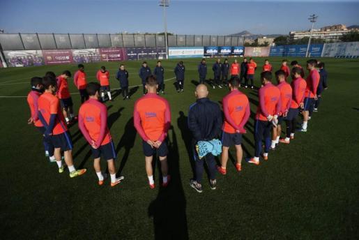 Los jugadores del FC Barcelona guardan un minuto de silencio por las víctimas del accidente aéreo de Colombia.
