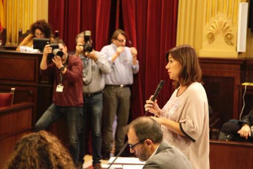 Francina Armengol, durante su intervención en el Parlament.