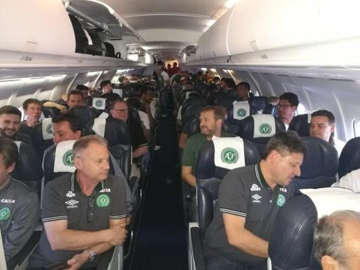 Imagen del interior del avión siniestrado en Colombia, antes de despegar.