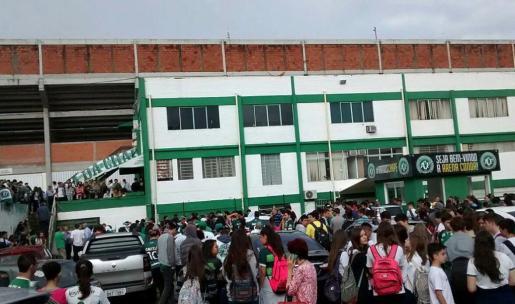Aficcionados del equipo Chapecoense frente a la sede del club este martes 29 de noviembre de 2016 ,en la ciudad de Chapecó al sur de Brasil tras conocerse el accidente del avión en el que viajaba el equipo para disputar el primer partido de la final de la Copa Sudamericana.