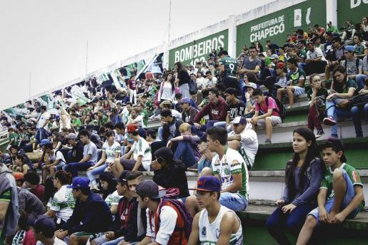 Aficionados del equipo de fútbol Chapecoense en el estadio Arena Condá.