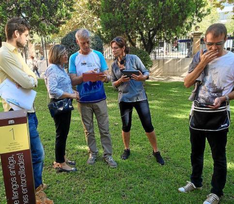 Un grupo de visitantes participa en 'Palma, ciutat literària', una de las siete rutas de WoW Mallorca.
