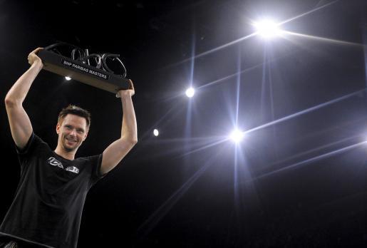 El tenista sueco Robin Soderling levanta el trofeo de campeón tras derrotar al francés Gael Monfils en la final del Masters 1000 de París-Bercy.