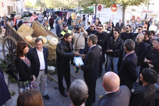 El acalde de Muro, Martí Fornés, aguantó con seguridad los reproches de los trabajadores.