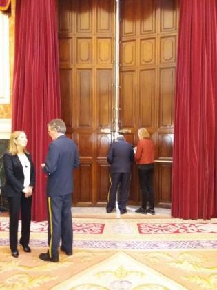 Momento el que Ana Pastor observa como el portero mayor logra abrir la puerta.