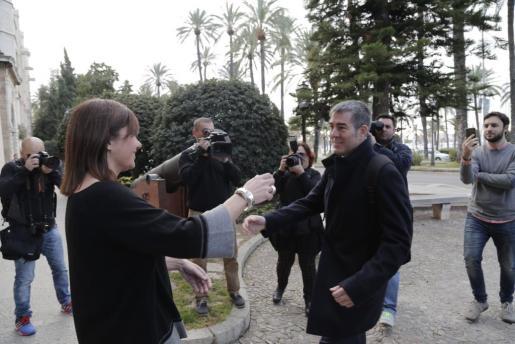 La presidenta del Govern de las Islas Baleares, Francina Armengol, recibe a su homólogo de las Islas Canarias, Fenando Clavijo, frente al Consolat de Mar en Palma.