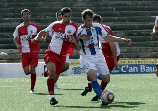 Tolo Reus protege el balón ante el acoso de un rival durante el partido de ayer.