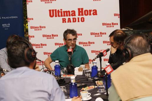 El entrenador del Real Mallorca, Fernando Vázquez, durante una entrevista en Ultima Hora Radio.